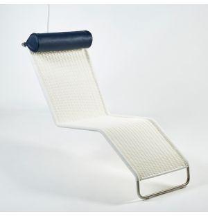Chaise longue F42-E suspendue en rotin & repose-tête en cuir bleu